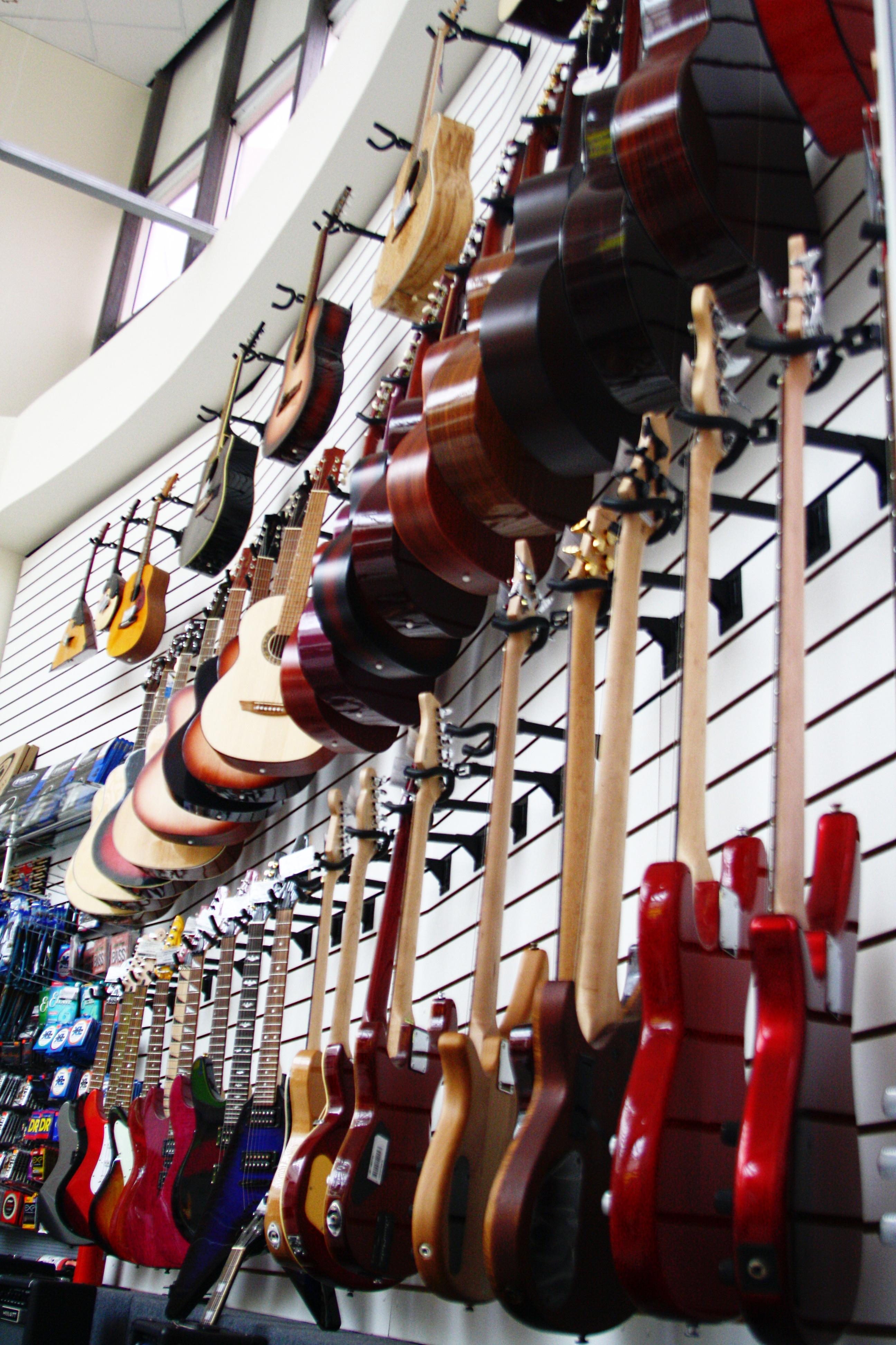 гитары и другие музыкальные инструменты в Самаре